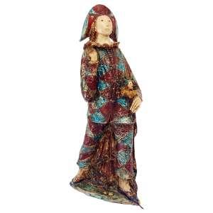 Pierrot: Figura da Commedia Dell Arte em barro, com cores azul e vermelha. Mão direita levantada ao ombro. Está em posição de movimento, com a perna esquerda à frente da direita. Assinatura ilegível. Pequenas avarias, dimensões 89 x 37 x 25 cm.