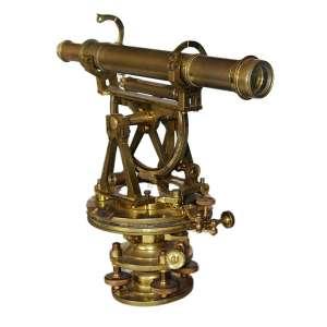 Theodolithe Dourado: Objeto de metal dourado semelhante a uma luneta com base de metal robusta formada por 03 discos (um acima do outro) com a luneta apoiada por duas vigas triangulares. Dimensões 32 x 35 x 15 cm.