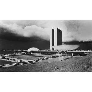 Thomaz Farkas - Brasília: Foto de parte da construção de Brasília. Assinatura do autor no verso, a lápis. Gelatin silver print; sem tiragem. Dimensões 22 x 36 cm. Autor: Farkas, Thomaz.