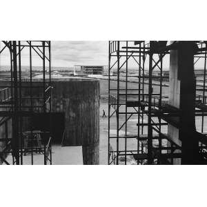 Thomaz Farkas - Brasília: Foto de parte da construção de Brasília. Assinatura do autor no verso à lápis. Gelatin silver print; sem tiragem. Dimensões 19 x 36 cm. Autor: Farkas, Thomaz.