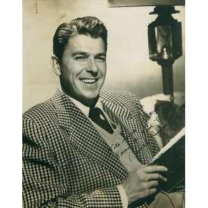 Retrato De Ronald Reagan: Dedicatória na imagem a tinta. Dimensões 23 x 18,5 cm. Gelatin silver print. Autor ilegível.