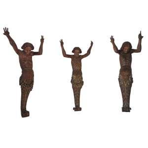 Cariátide Continental (I-II-III): Escultura com forma de tronco de mulher, despida, braços erguidos e barriga para frente, como se segurasse algo. 03 (três) cariátides. Dimensões 200 x 65 x 70 cm.