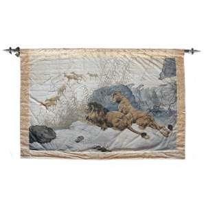 Leões na Espreita - Tapeçaria: Fragmento de pintura de leões na espreita sobre tecido de seda. Ao fundo, 06 (seis) outros animais. Originária da China e datada do século XVIII. Dimensões 170 x 240 cm.