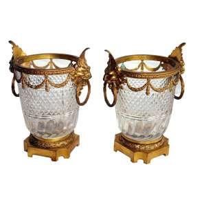 Floreiros de Cristal (par): Par de floreiros, cristal lapidado e bronze dourado (ormulu), estilo Luiz XIV, um deles com extensa fissura. Século XIX. Dimensões 34 x 20 cm