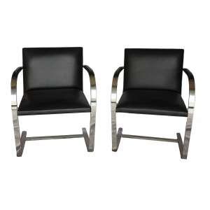 Cadeiras couro pretas braço cromado: 20 cadeiras, à maneira de Marcel Breuer, aço tubular niquelado e couro nos braços. Dimesões 80 x 50 x 58 cm cada.