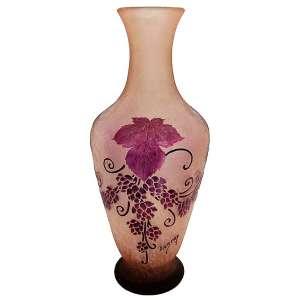 Legrás - Vaso em pasta de vidro francês, salmão, com decoração cameo de flores e folhagens no tom uva. Assinado e localizado France na base. Alt. 43,5cm.