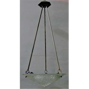 Muller Freres - Luminária de teto art-deco, para 3 luzes, em cristal, com trabalhos em relevo. Guarnições em metal. Med. 70,5x35cm.