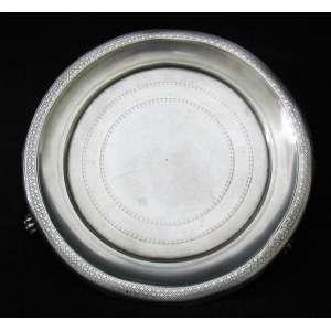 Antiga salva em prata contrastada, 10 dinheiros, prateiro Q.A.R. Pés em pata. Peso: 230g. Med. 3x17x17cm.