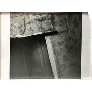 Otto Stupakoff, Esconderijo de Anne Frank, Fotografia, medindo 27,9 x 35,7 cm, assinada e com histórico no verso. Ex-coleção Catherine Stupakoff, filha do artista, com certificado de autenticidade. No verso, escrito e assinado de próprio punho pelo fotógrafo PORTA ESCONDIDA, ATRÁS DE UM ARMÁRIO, QUE LEVARÁ AO ANEXOQUE A FAMÍLIA FRANK HABITOU EM AMSTERDAM, EM SEU ESTADO ORIGINAL.