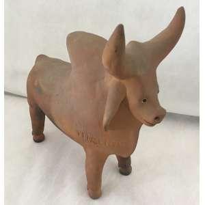 MESTRE VITALINO - Boi Zebu - Escultura em barro cozido, assinada Vitalino. Med.: 25 X 24 cm.