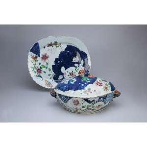 Importante sopeira e travessa de porcelana Cia das Índias, decoração no padrão variante da folha de tabaco, ovalada, alças laterais e pega da tampa em frutos estilizados. 38 x 32,5 cm a travessa; 39 x 27 x 20 cm de altura, a sopeira. China, Qing Qianlong (1736-1795).