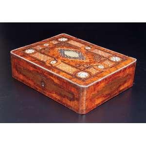 Caixa de rádica, retangular, tampa decorada com filetes de metal dourado e madrepérola. Internamente revestida de tecido azul. 32,5 x 24,5 x 9, cm de altura. França, séc. XIX.