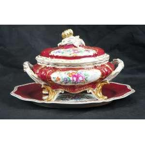 Sopeira de porcelana ricamente esmaltada.acompanha seu presentoir marca ao fundo não identificada .Europa Séc XIX - 27 cm de alt, 36 de comp e 21 de prof. Presentoir com 45 cm de comprimento.