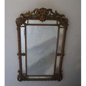 Grande espelho de madeira lavrada e dourada. Europa Séc XIX. 1,86 x 1,14 cm.