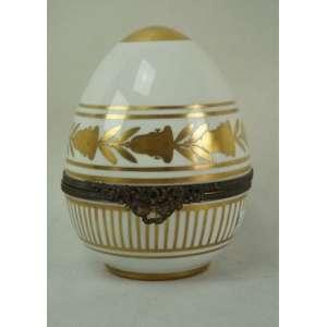Elegante caixa de porcelana branca e dourada no formato ovoide, manufatura Limoges.Europa Séc XIX - 18 cm de alt.