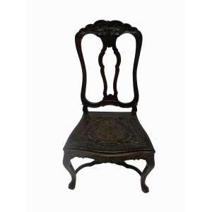 Cadeira estilo e época D.José I em madeira de lei,assento em couro pirogravado . Brasil Séc XVII . 1,07cm de altura, 56cm de largura e 44cm de comprimento.