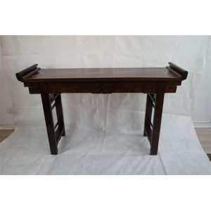 Elegante Aparador Altar de madeira entalhada . China Séc XX - 103 cm de alt, 108 de comp e 49 de prof.