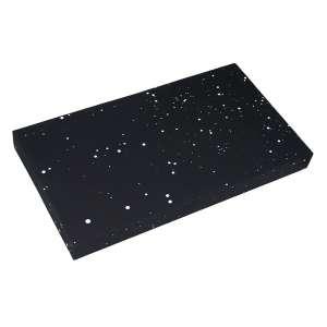 Antonio Dias<br />Galáxias - 51/93. 44x79 cm, 1973/2014, A.V.<br />Esta edição de galáxias foi idealizada por Antonio Dias e Haroldo de Campos. O projeto começou a ser desenvolvido em 1973 e só foi finalizado em 2014. O texto em fonte Arial é da primeira edição de galáxias de Haroldo de Campos. O conjunto é composto de 10 objetos de Antonio Dias acompanhados de 10 páginas de galáxias apresentados em um estojo numerado e assinado pelo artista. Todos os objetos e a tampa foram produzidos manualmente e apresentam variações de um exemplar para outro.
